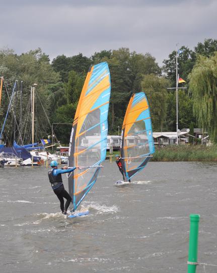 Auch wenn Windsurfen eine typische Individualsportart ist, macht es in der Gruppe doch immer noch ein bisschen mehr Spaß